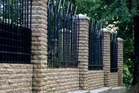 Четырехгранная колонна с рваной лицевой поверхностью