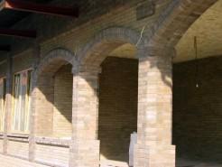 Большая восьмигранная колонна из гладкого кирпича