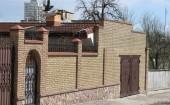 Стена забор и гараж облицовка кирпичем двух цветов