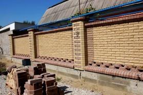 Большие колонны в заборе, комбинированная кладка из разных видов кирпичей