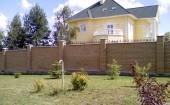 Забор с небольшой решеткой по верху