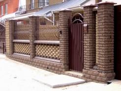 Забор с восьмигранными колоннами